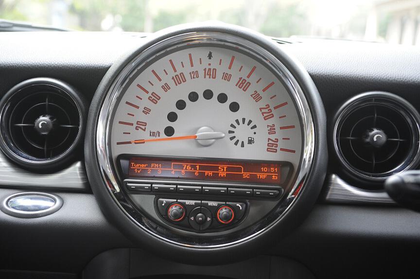 大型のスピードメーターの下には情報ディスプレイがある。オーディオの操作もここで行う