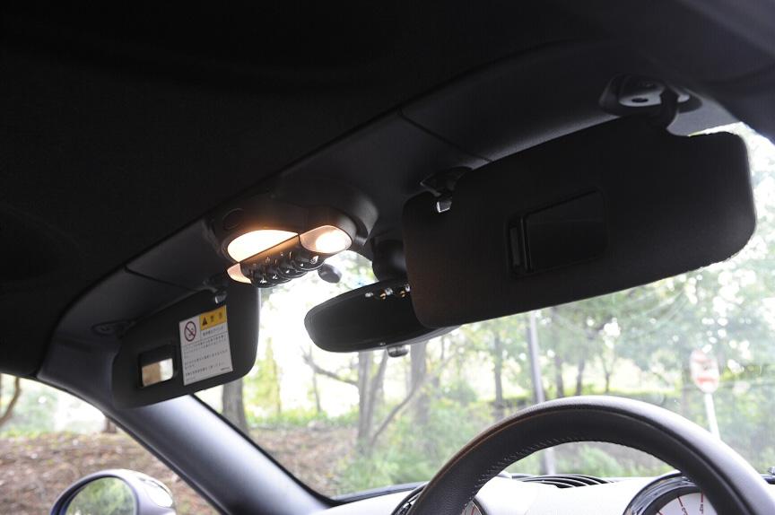 天井にはバイザーや照明が備わる。照明のスイッチもガード付きのトグルスイッチだ
