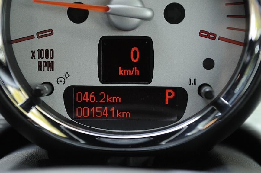 ステアリングホイールと同一線上にあるタコメーター内は、デジタルで速度計やシフトポジション、トリップメーターなどを表示する