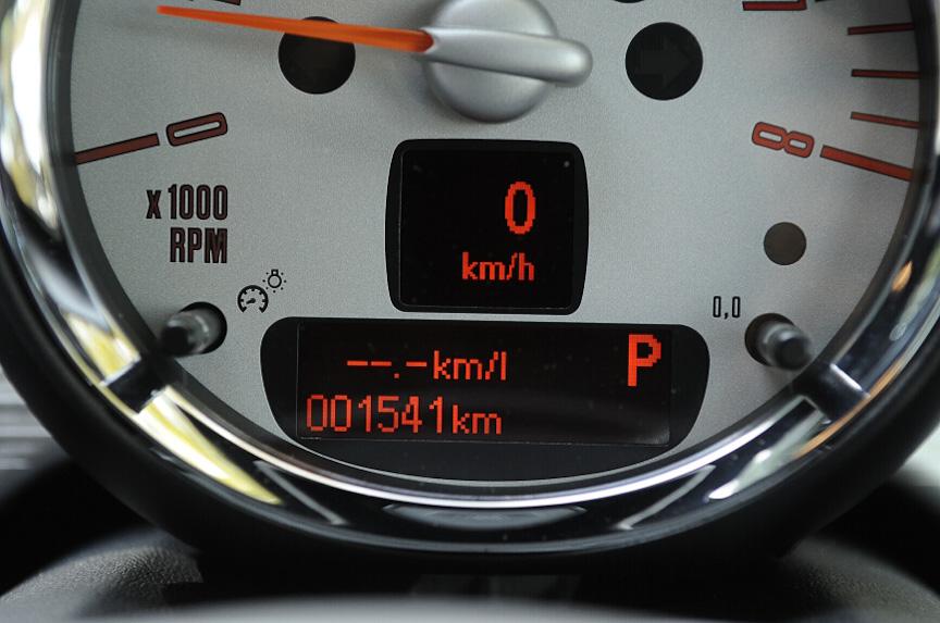 瞬間燃費計。停止時は表示しない