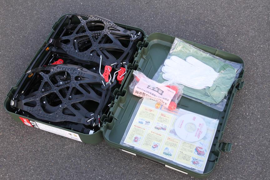 ケースの中には、バイアスロンのほか、取り付け説明書、腕カバー付き手袋などが納められている