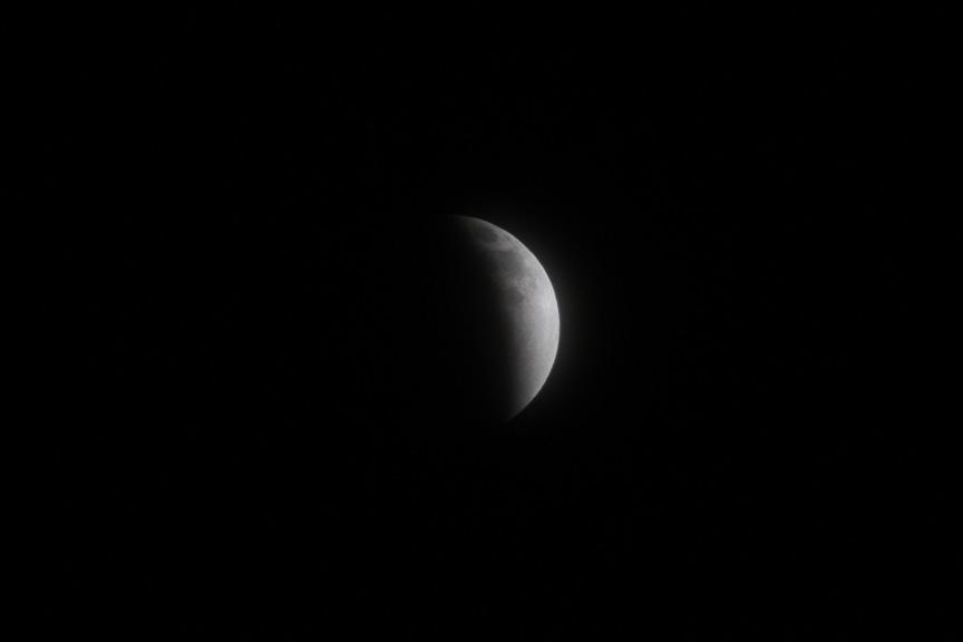 夕食を終え、空を見上げたら月食が始まっていた。23時頃には皆既月食に