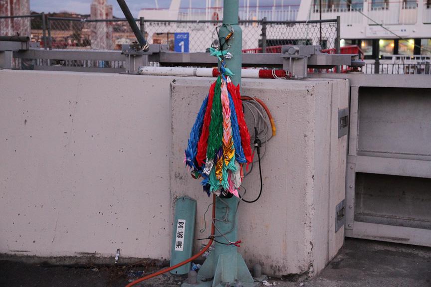 防潮堤脇で見かけた千羽鶴