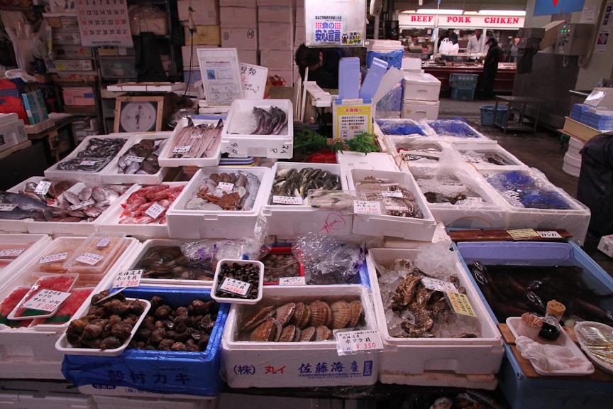 市場内の各店舗。気に入った食材を購入すればよい