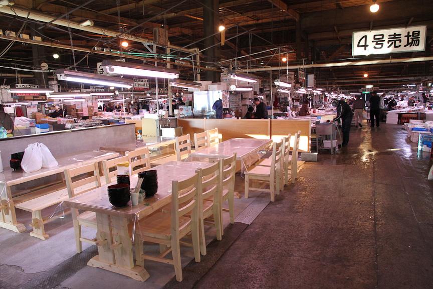 新浜食堂から少し離れた位置にあるテーブル。食堂内が混んでいるときは、こちらで食べることが可能