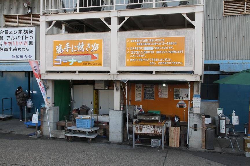 市場の外にある「勝手に焼き炉コーナー」。300円で利用でき、自分で焼き物を作ることができる。8時から利用可能