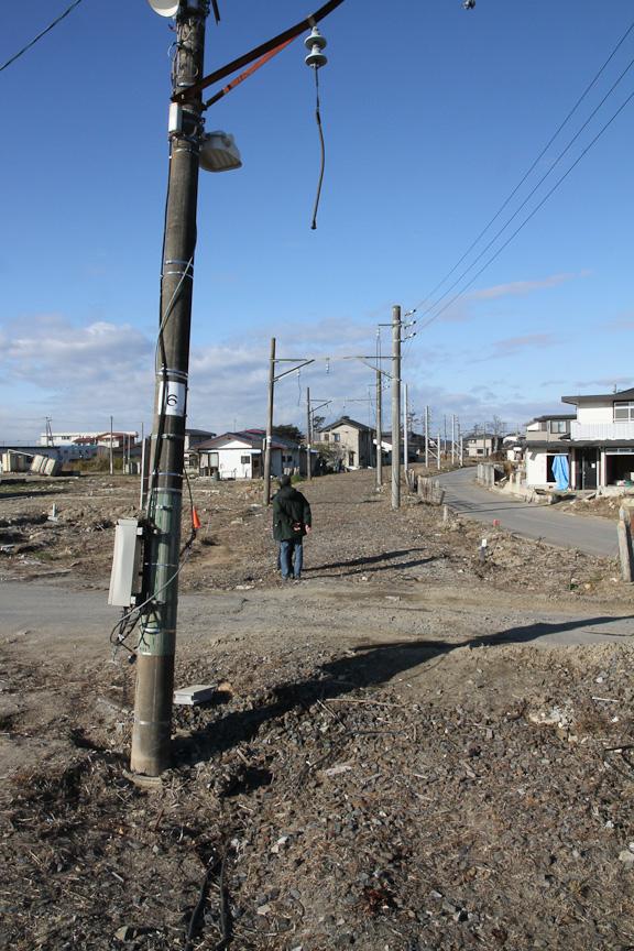 東名駅から仙台方向を望む。架線や線路がなくなっており、架線柱のみが延々と続いていた