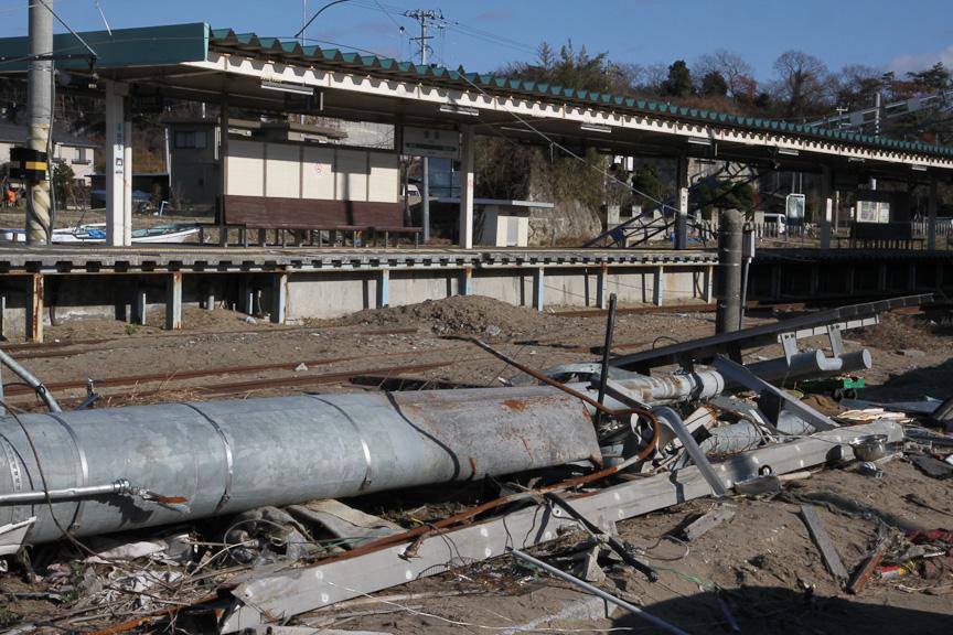 駅構内。線路などは残るが、施設は破壊されている