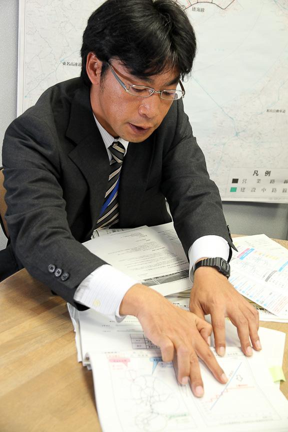 ルート図を指しながら、説明を行う橋本課長