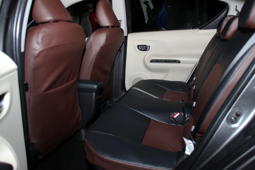 アクア Gのインテリア。インテリアカラーはアースブラウン、シート表皮はスエード調ファブリックだが、オプションの革調シートカバー(昇温抑制タイプ)を装着する