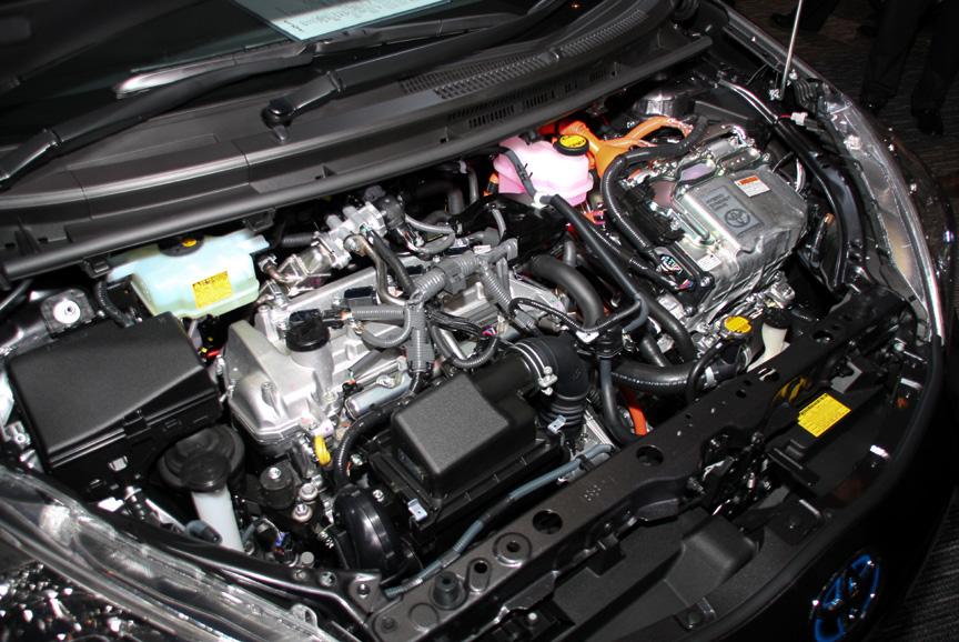 スーパーレッドVカラーのアクア G。ボディーサイズは全グレード共通で3,995×1,695×1,445mm(全長×全幅×全高)、ホイールベース2,550mm