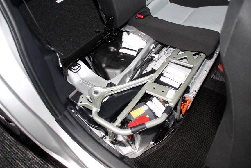 駆動用バッテリー、燃料タンクは後席下に備わる。ちなみにアクアに備わるハイブリッドシステムはプリウスに比べ42kgの減量化に成功しており、そのうちエンジンで16.5kg(長さ-51mm)、トランスアクスルで8.0kg(同-21mm)、HVバッテリーで11.0kg(同-148mm)軽量化できたと言う