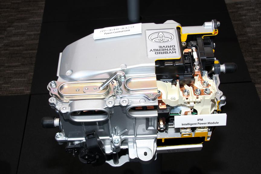 バッテリーの直流電流とモーター発電用の交流電流を最適に制御する「昇圧コンバーター付パワーコントロールユニット」。インバーター、コンバーターともに小型・軽量化を実現したと言う