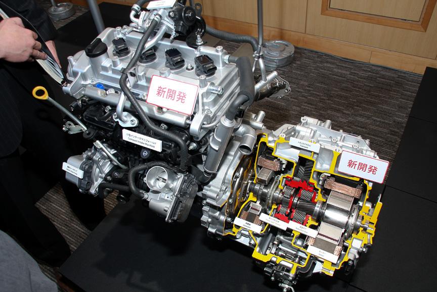 直列4気筒DOHC 1.5リッターエンジン「1NZ-FXE」とトランスアクスル。エンジンは最高出力54kW(74PS)/4,800rpm、最大トルク111Nm(11.3kgm)/3,600-4,400rpmを発生