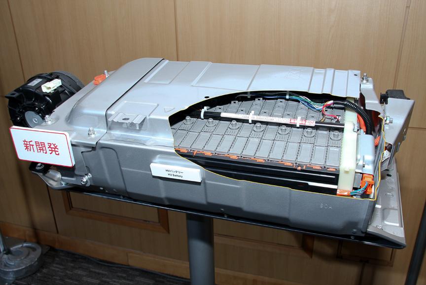 リアシート下に備わるHVバッテリーは120セルで構成。定格電圧は144V、容量6.5Ahとなっている