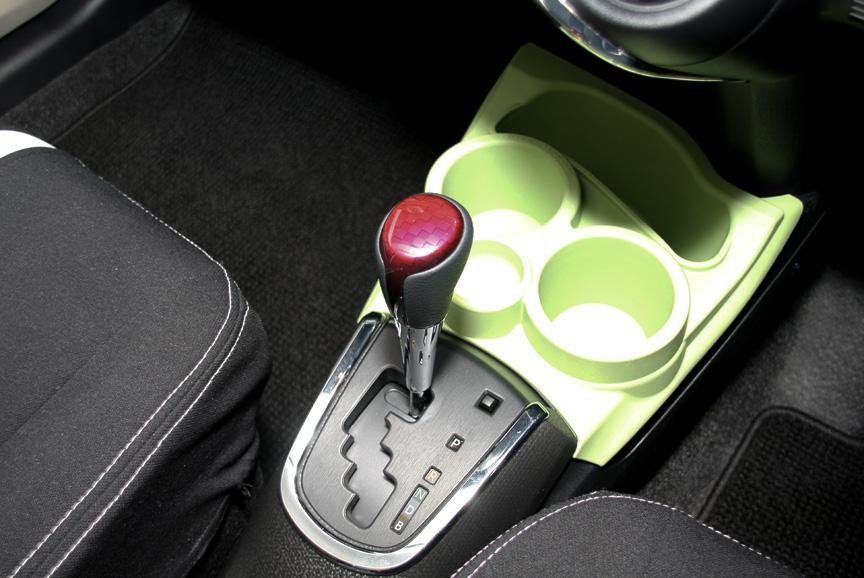 イエローのアクア S。インテリアカラーはフレッシュグリーンでシート表皮はS用のファブリック。エクステリアではエアロパーツやカーボン調のドアミラーカバー、TRDの16インチアルミホイールを装着する