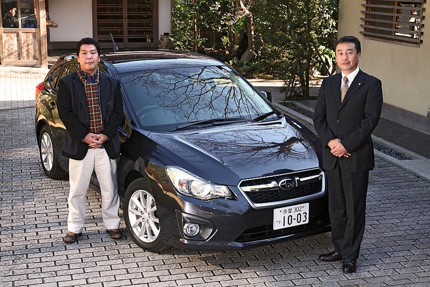 新型インプレッサの右に立つのが、開発責任者の竹内明英さん。同乗走行しながら、お話をうかがった
