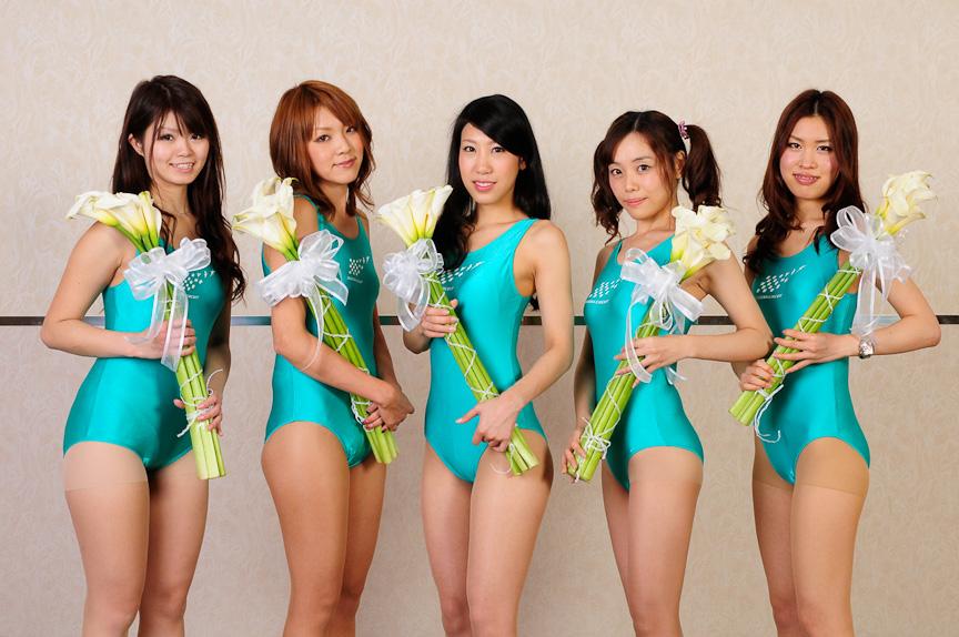 鈴鹿サーキットクイーン34期生。左から近澤志穂さん、中島彩乃さん、鬼頭果住さん、橘奈緒さん、元井麻有さん