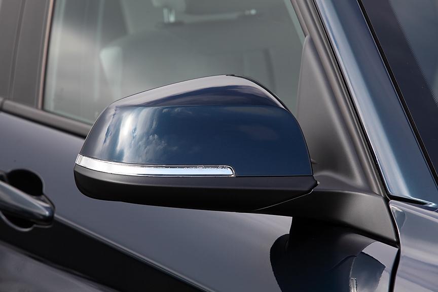 伝統的なツートンカラーのドアミラーはついにターンシグナル内蔵タイプに。自動防眩機構とヒーター、さらに助手席側にはリバースポジション機構も付く