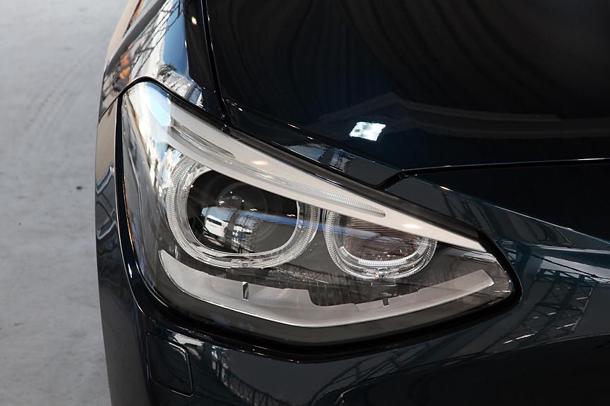 ちょっと分かりづらいがヘッドライト上部にはLEDのアクセントライン。スモールライト部にもLEDのライトリングが付く
