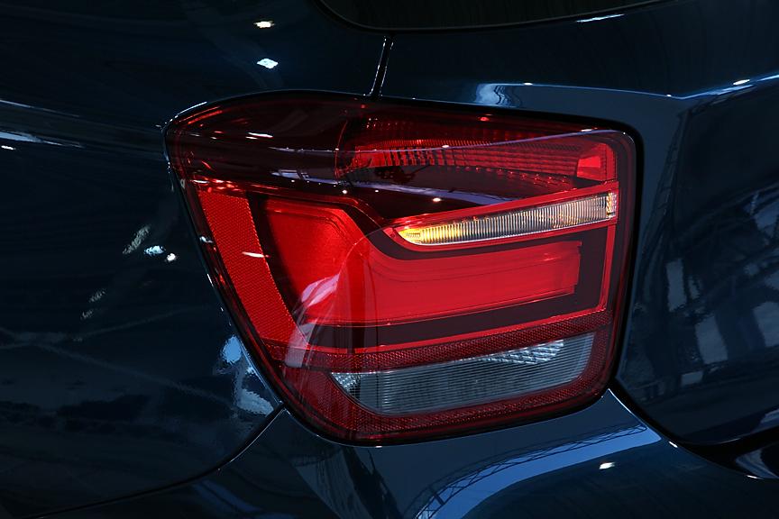 ポジション、ブレーキ、ウインカーなどの点灯状態。バックランプとリアフォグランプは左右に振り分けられている