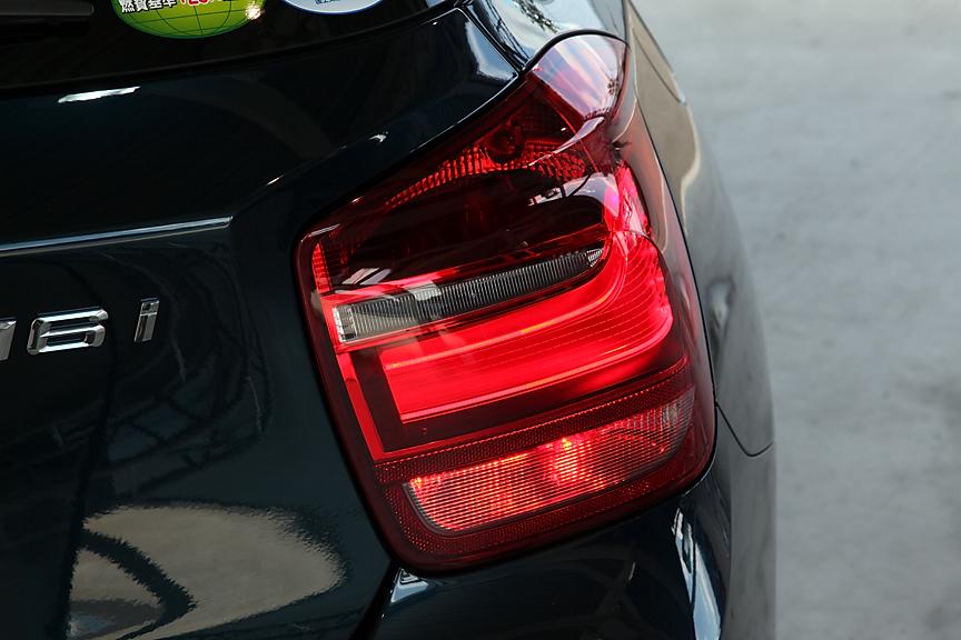 8速ATとの組み合わせにより10・15モード燃費は17.6km/Lを実現。燃費基準と低排出ガス車を示すステッカーもご覧の通り