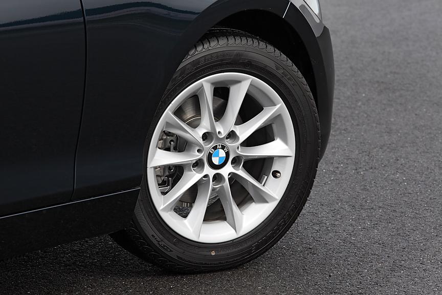 116i スタイルはVスポークスタイリング114と呼ばれるアルミホイールが標準。タイヤは205/55 R16サイズのランフラットタイプ