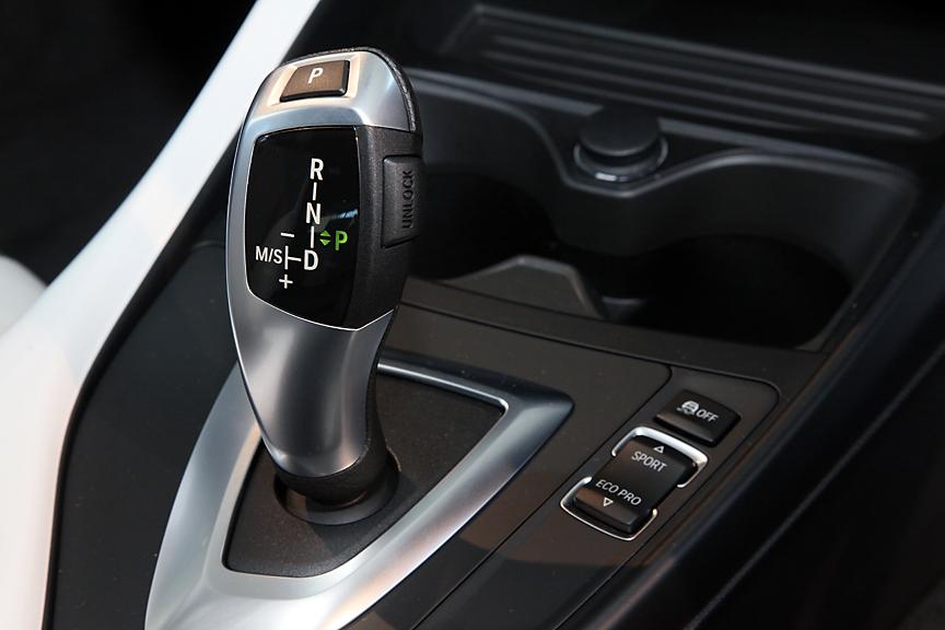シフトレバーはジョイスティックタイプ。Pボタンを押してPポジションに入れる。レバーの右横にあるのはドライビング・パフォーマンス・コントロールのスイッチ