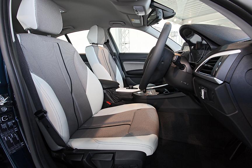 スタイルのシート表皮はメトロ・クロス/レザーのコンビネーションタイプ。調整はすべて手動式