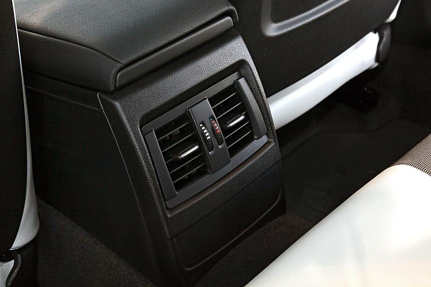 センターコンソール後方はアームレスト兼用のボックス。後端にリアシート用のエアコン吹き出し口があるためか、容量はあまり大きくない