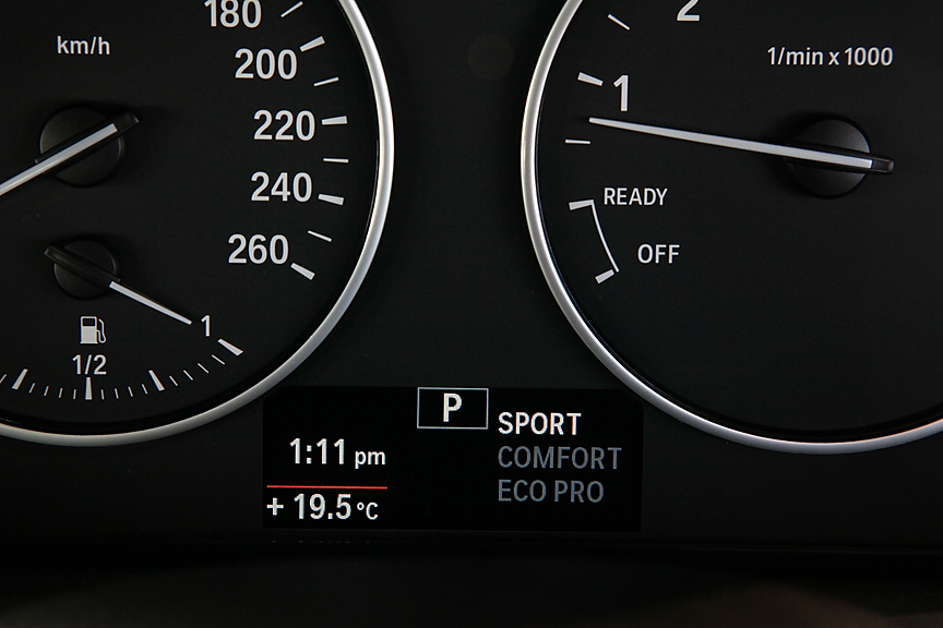 メーターパネルはシンプルなアナログタイプ。下部のディスプレイにはシフトポジションのほか時計、オド&トリップ、航続距離、ドライビング・パフォーマンス・コントロールのモードなどが表示可能