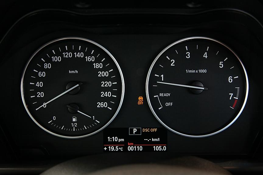 ドライビング・パフォーマンス・コントロールの表示も可能で、各機能の状態を分かりやすく表示できる。DSC OFFの際はメーターパネルにも同様に表示して警告する