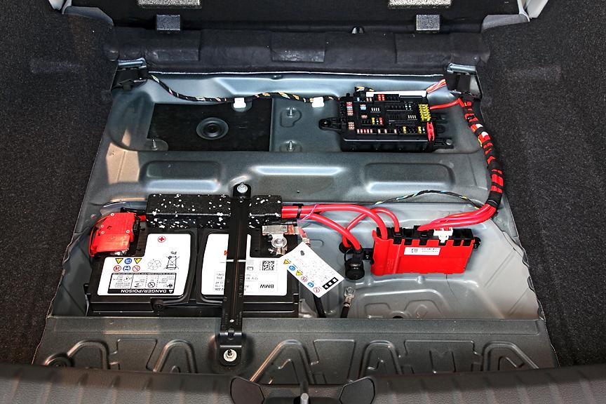 ラゲッジフロア下にはバッテリーやヒューズボックスなどをセット。ランフラットタイヤのためスペアタイヤは非搭載