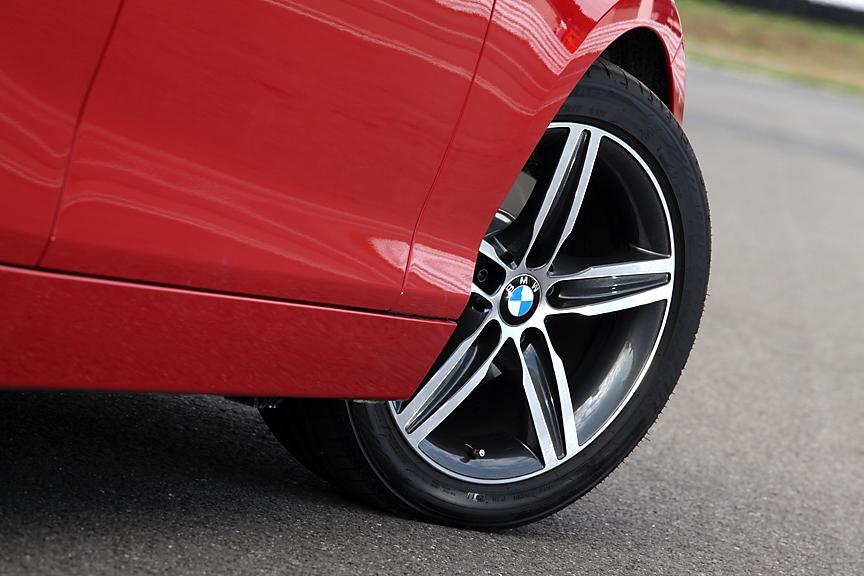ホイールはシャープなデザインのスタースポーク・スタイリング379。ホイールはラインナップ中唯一の17インチとなり、タイヤも225/45 R17とワイドなサイズに