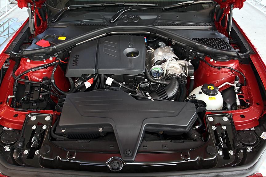 120iの10・15モード燃費は17.2km/Lとハイレベルで、燃費基準と低排出ガスのステッカーも同じ