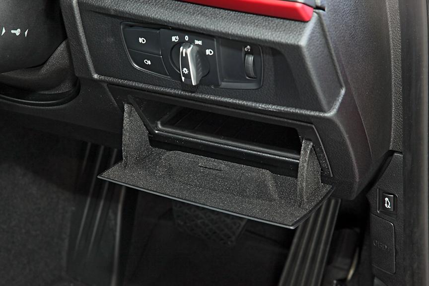 120iにはストレージ・パッケージが標準装備。ヘッドライト操作パネル下の小物入れなど、名前通り収納系のアイテムが追加となる。116iにもオプションで装着可能
