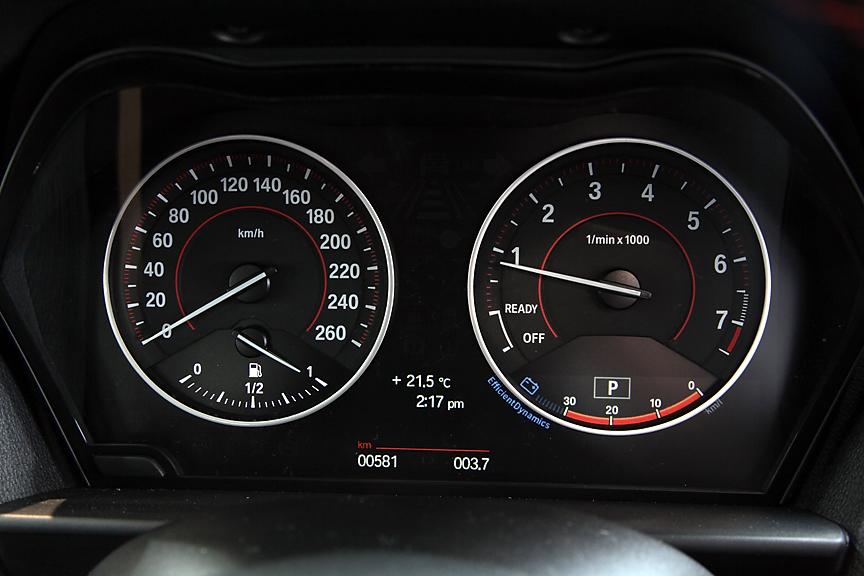 メーターパネルにもレッドのアクセントが入る。タコメーター下部のエフィシェント・ダイナミクス・インジケーターは燃費効率のよい運転をサポートしてくれる。iDriveナビゲーションパッケージ装着車のみの装備だ