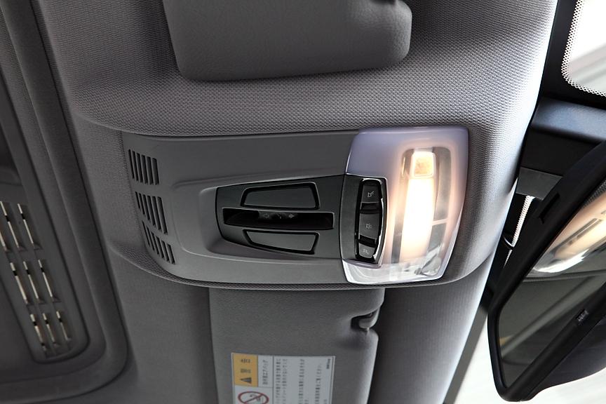 電動ガラス・サンルーフはオプション。操作パネルはマップランプなどとともにルーフコンソールパネルに