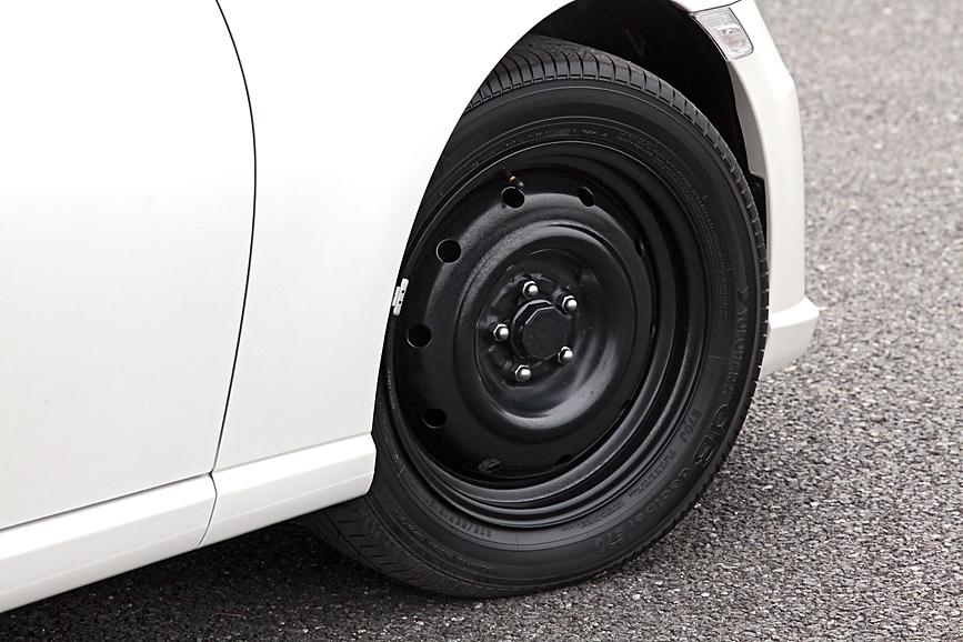 いまや珍しい「鉄チン」ホイールだが、なぜかセンターキャップを装備。タイヤは新車装着用として採用例が多いヨコハマ「dB E70」の205/55 R16。タイヤはRグレードと一緒