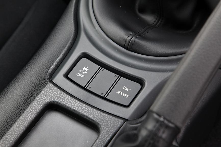 トラクションとブレーキを制御し車両の挙動を安定させるVSC(ビークルスタビリティコントロール。スバル的にはVDC:ビークルダイナミクスコントロール)も標準なのだ