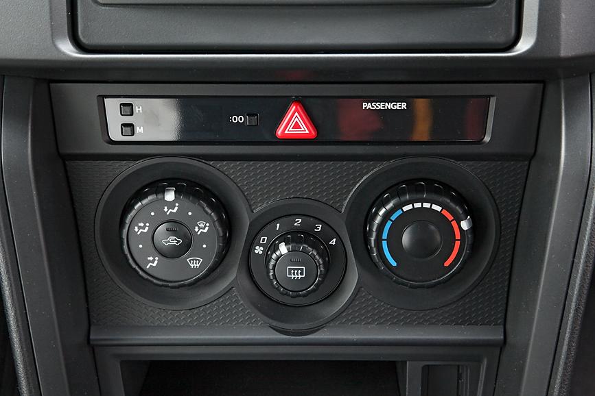 エアコンはオプションとなっており、標準ではヒーターのみ。エアコン装着時は温度ダイヤルの中央にACスイッチが付く