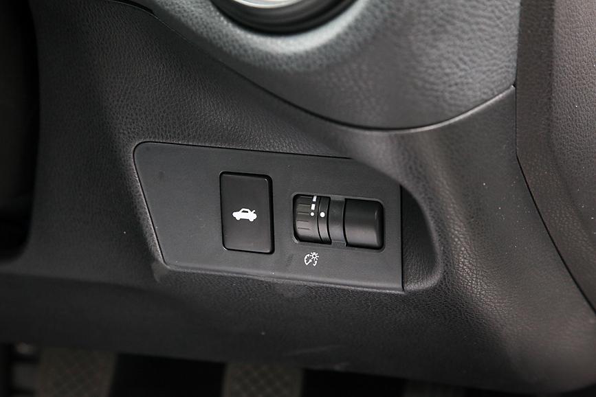ステアリングコラム右奥にはメーターの照度調節ダイヤル。その横には電磁ロック式トランクのオープナー。こちらも豪勢な感じ