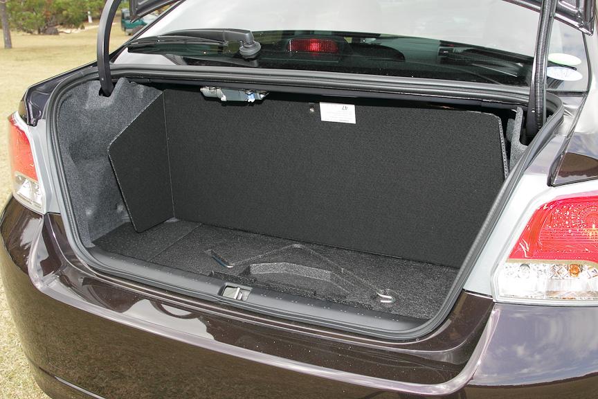 トランク下に車載工具を搭載