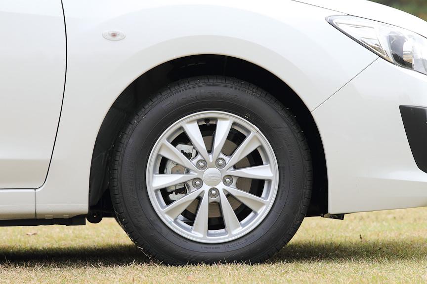 1.6i-Lに付くのは、15インチアルミホイール。タイヤサイズは195/65 R15。フロントブレーキは14インチベンチレーテッドディスクブレーキ。リアは15インチディスクブレーキ