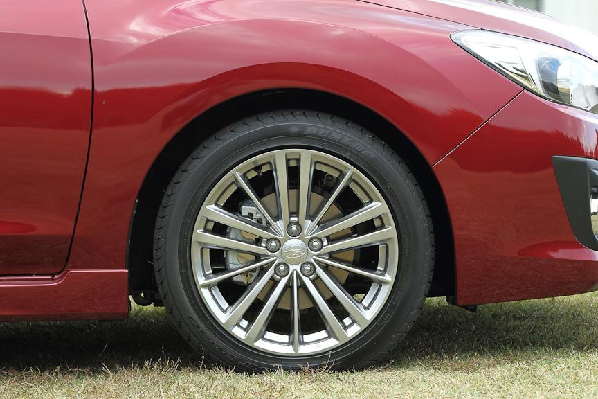 2.0i-Sにはブラックハイラスター塗装の17インチアルミホイールと、205/50 R17サイズのタイヤを標準装備。ブレーキはフロントが15インチベンチレーテッドディスク&2ポットキャリパー、リアは15インチディスクブレーキを装備