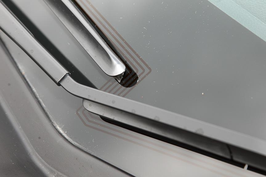 フロントワイパーデアイサーは、ヒーテッドドアミラーやはっ水ガラスとセットでクリアビューパックとして設定される
