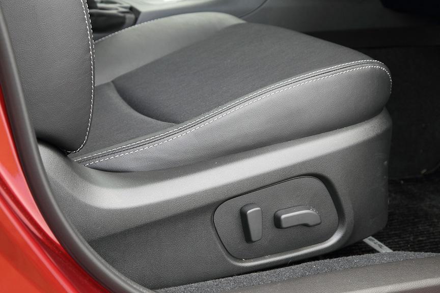 運転席の8ウェイパワーシート。2.0i-Sシリーズに標準装備されるほか、ブラックレザーセレクションに装備