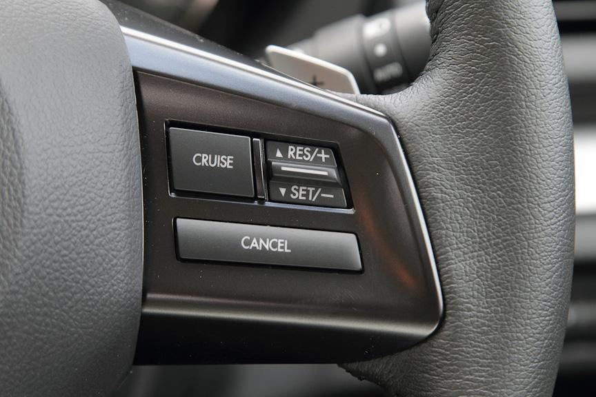 オートクルーズやEyeSightが付く2.0リッターモデルでは、クルーズコントロールのスイッチが付く
