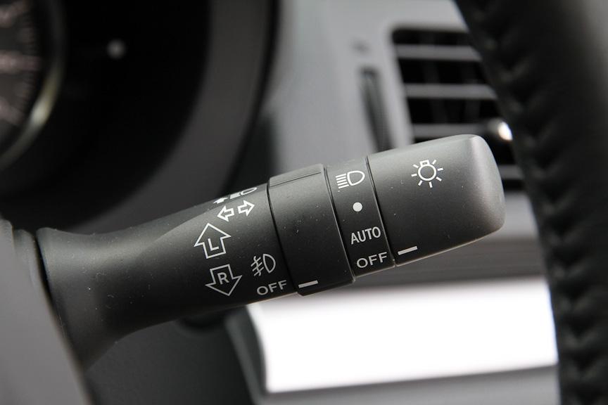 ウインカーレバー。2.0リッターモデルにはオートライトも装備