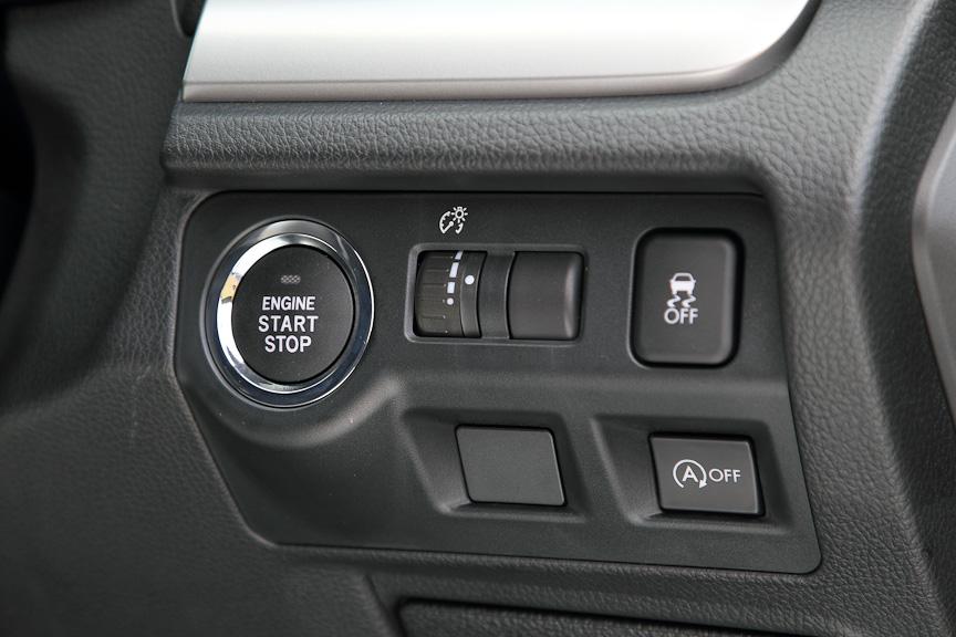 1.6i-L以上にオプション設定されるキーレスアクセス&プッシュスタート。VDCは全車に、アイドリングストップは1.6i-L以上のATモデルに標準装備